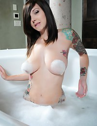 Ivy Snow brings her suction cock for a nice bubble bath together