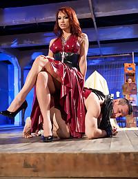 Latex mistress demands service
