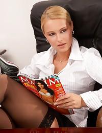 A sweaty calico in high heels has her pantyhose crossed legs in black stockings