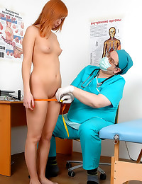 Doctor examines redheaded tee...