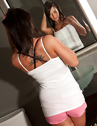 Curvaceous Beauty Nikki Sims