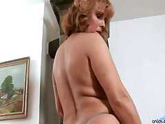 Koko - This Mature Cougar Loves The Vibrator