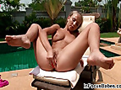 Tanning girl Aisha sticks a buttplug
